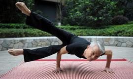 63岁瑜伽大爷高难动作走红
