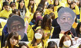 """韩国民众高举安倍""""无眼""""头像游行"""
